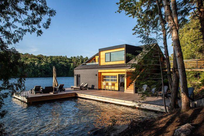 Дом с пирсом у воды