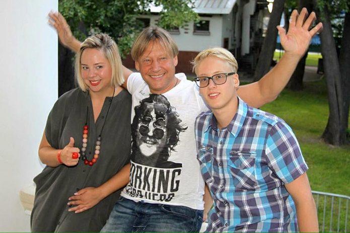 Дмитрий Харатьян с семьёй на веранде