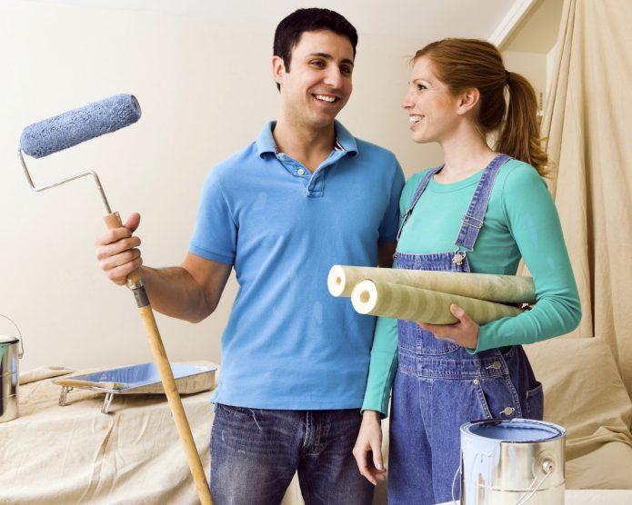 Парень и девушка делают ремонт в квартире