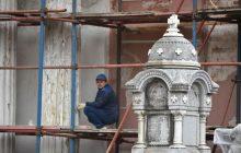 Исторический объект и строитель, его реконструирующий