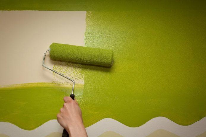 Окраска стены валиком