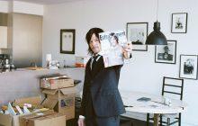 Норман Ридус показывает журнал со своим изображением